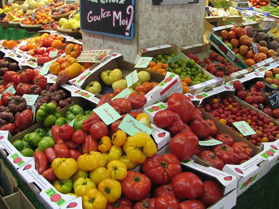 Old tomato varieties taken at Marché Beauveau, Place d'Aligre, Paris, France. Diversité des tomates anciennes en agriculture traditionnelle, photo prise au Marché Beauveau, Place d'Aligre, à Paris, en France (photo by User:Popolon).